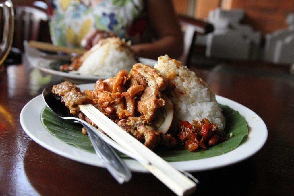 Nasi Ayam Kedewatan, Ibu Mangku nasi campur