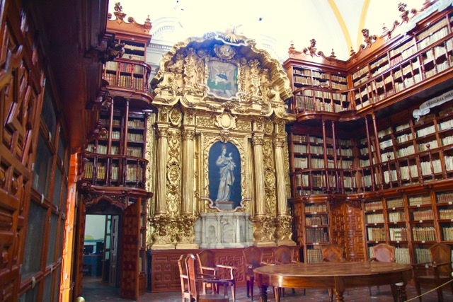 Things to do in Puebla: visit Biblioteca Palafoxiana